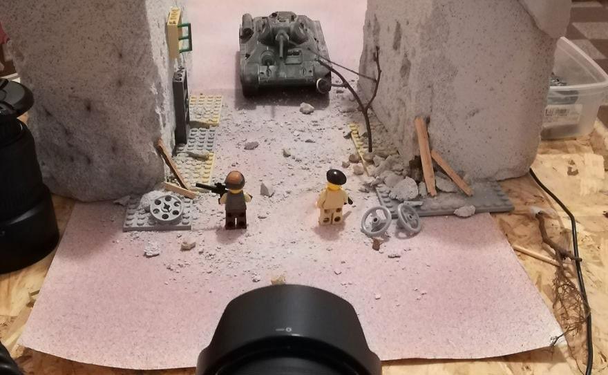 Фотограф снимает игрушки Lego и сам создаёт для них спецэффекты. И вот как выглядят его работы до и после 104