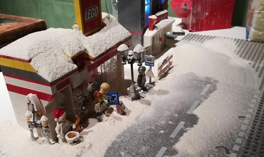 Фотограф снимает игрушки Lego и сам создаёт для них спецэффекты. И вот как выглядят его работы до и после 109