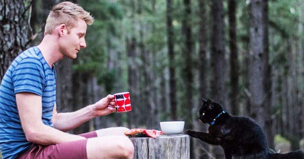 Парень бросил всё и уже три года путешествует по Австралии со своей кошкой Ивой. Что может быть лучше?