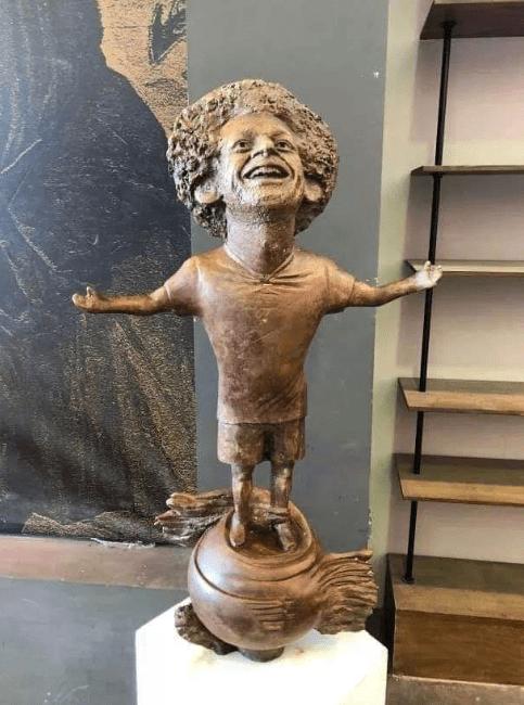Египетский скульптор создал статую футболиста Мохаммеда Салаха, и она оказалась даже веселее, чем у Роналду 1