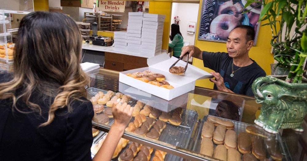 Клиенты пекарни узнали, что у её владельца заболела жена. И придумали, как поддержать его без сбора средств