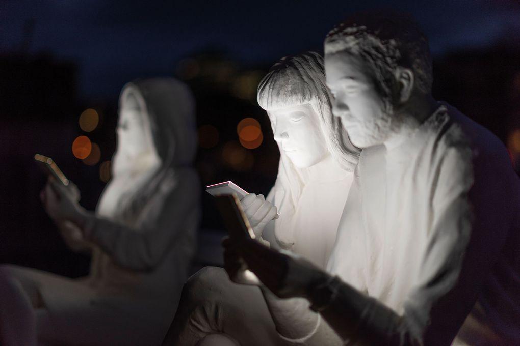 На фестивале света в Амстердаме появилась скульптура, которая показывает нашу одержимость гаджетами 26