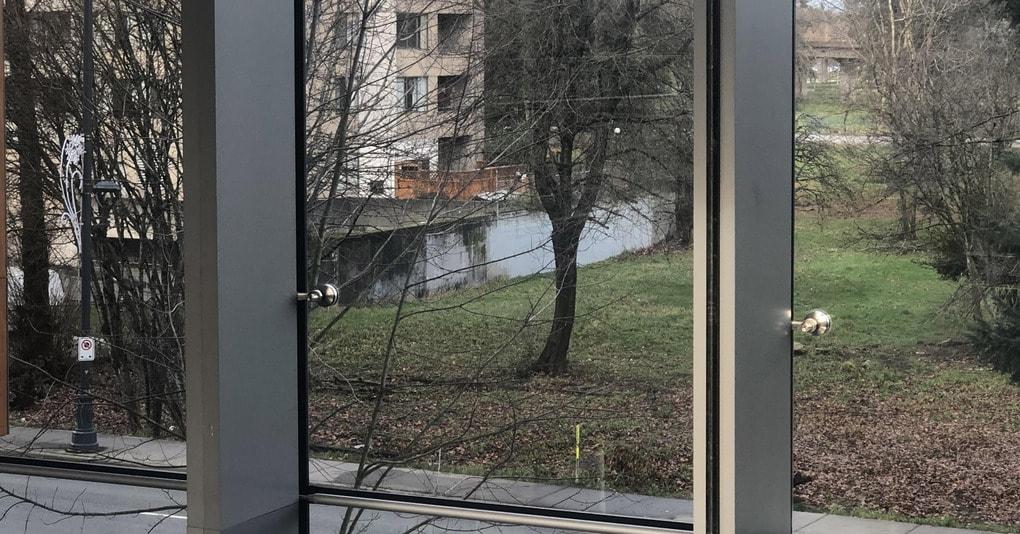 В сети появилось фото, на котором виднеется то ли пруд, то ли бетонная стена. Мнения разделились