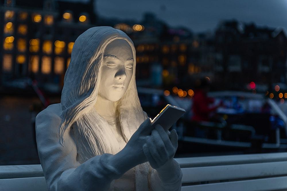 На фестивале света в Амстердаме появилась скульптура, которая показывает нашу одержимость гаджетами 29
