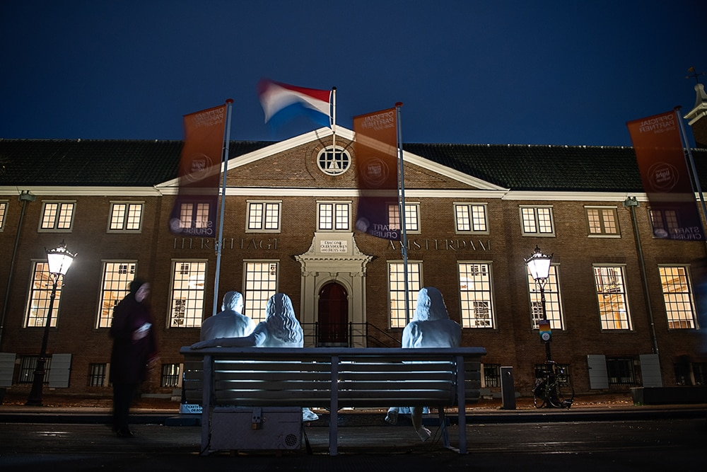 На фестивале света в Амстердаме появилась скульптура, которая показывает нашу одержимость гаджетами 31