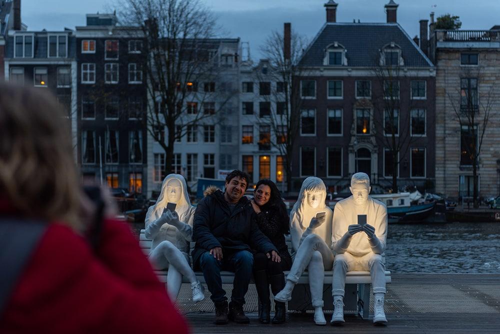На фестивале света в Амстердаме появилась скульптура, которая показывает нашу одержимость гаджетами 32