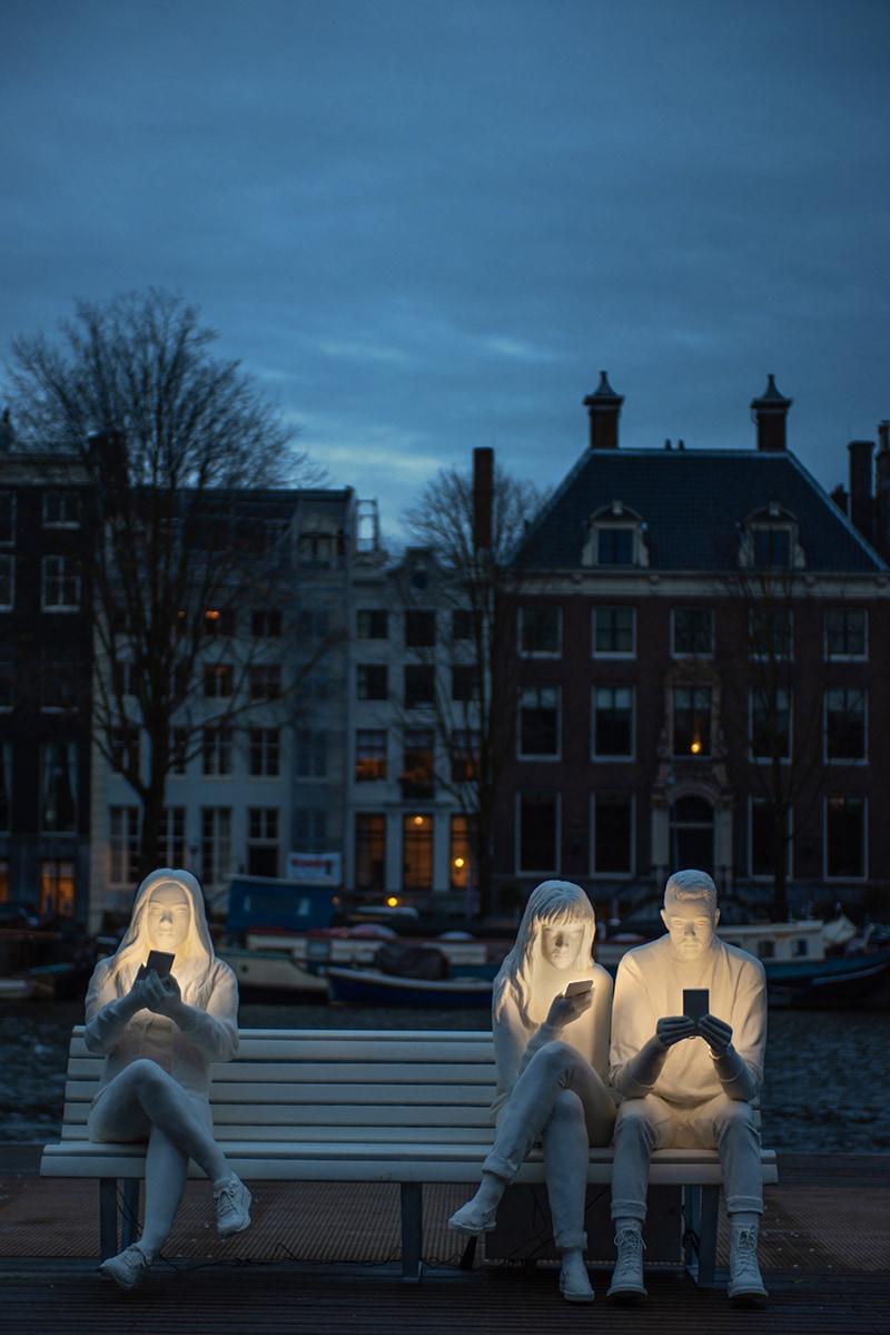 На фестивале света в Амстердаме появилась скульптура, которая показывает нашу одержимость гаджетами 25