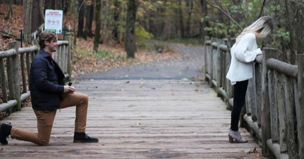 Американец хотел сделать девушке предложение и уже встал на колено, но в дело въехал велосипедист