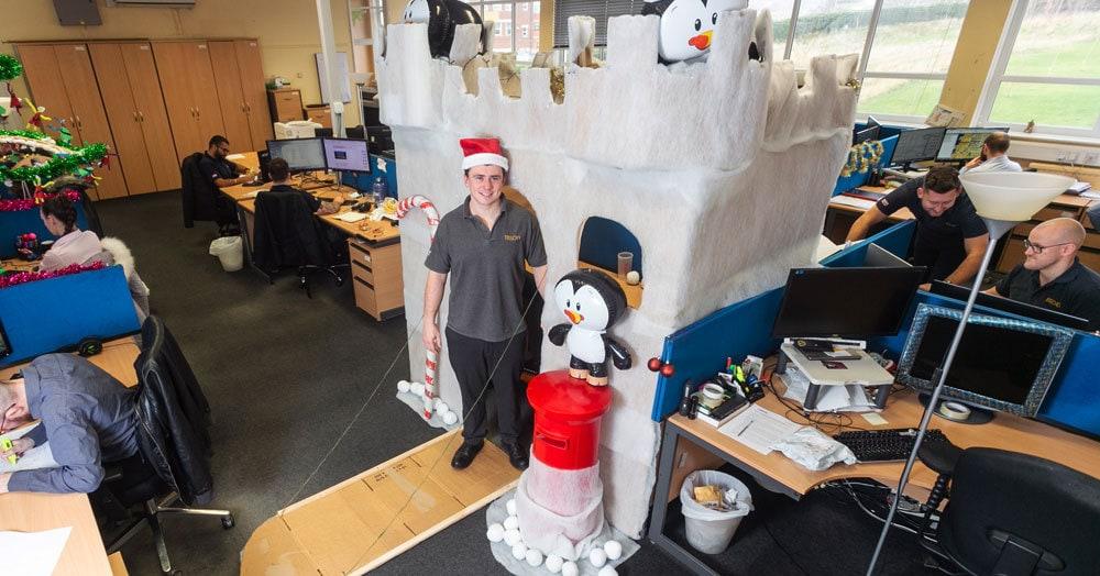 Британец украсил свой офисный стол к рождеству. Теперь он работает в снежном замке с пингвинами