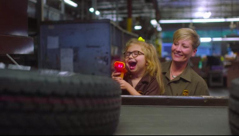 Шестилетняя девочка мечтала работать в службе доставки. Её желание исполнили и даже машину подарили 32