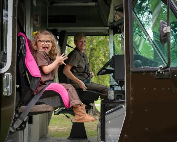 Шестилетняя девочка мечтала работать в службе доставки. Её желание исполнили и даже машину подарили 33