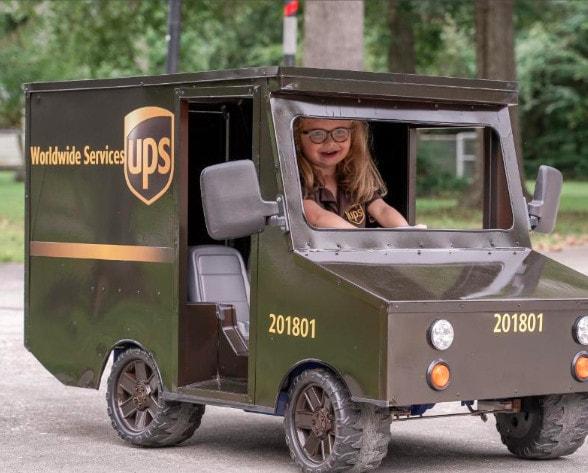Шестилетняя девочка мечтала работать в службе доставки. Её желание исполнили и даже машину подарили 36