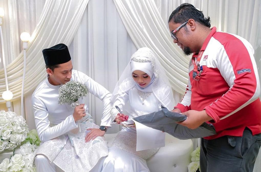 1 27 - В Малайзии обнаружен курьер года: он прервал свадебную церемонию, доставляя посылку. Невесте!