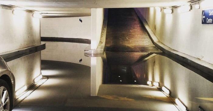 В сети появился необычный снимок подземной парковки, который сложно воспринимать. А всё из-за «лужи»