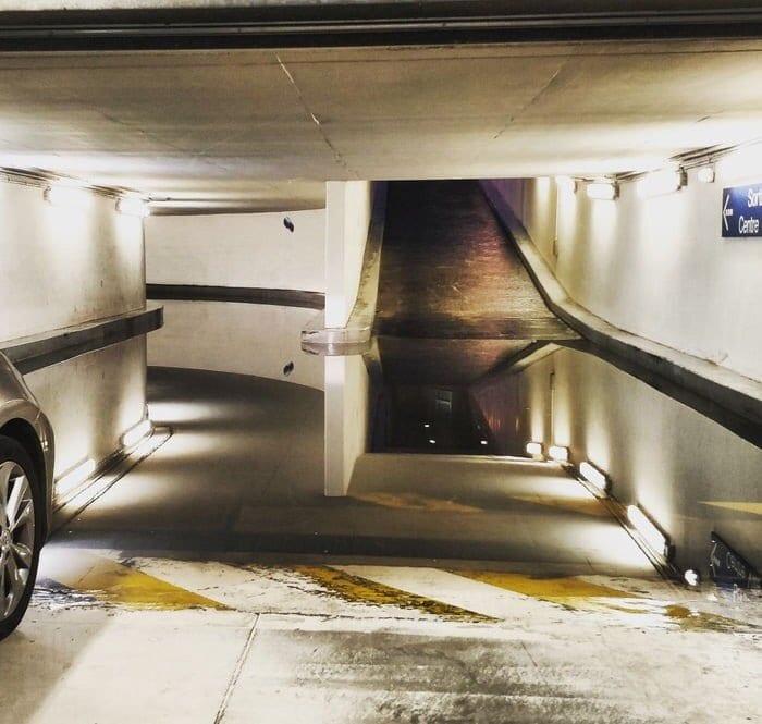 В сети появился необычный снимок подземной парковки, который сложно воспринимать. А всё из-за «лужи» 1