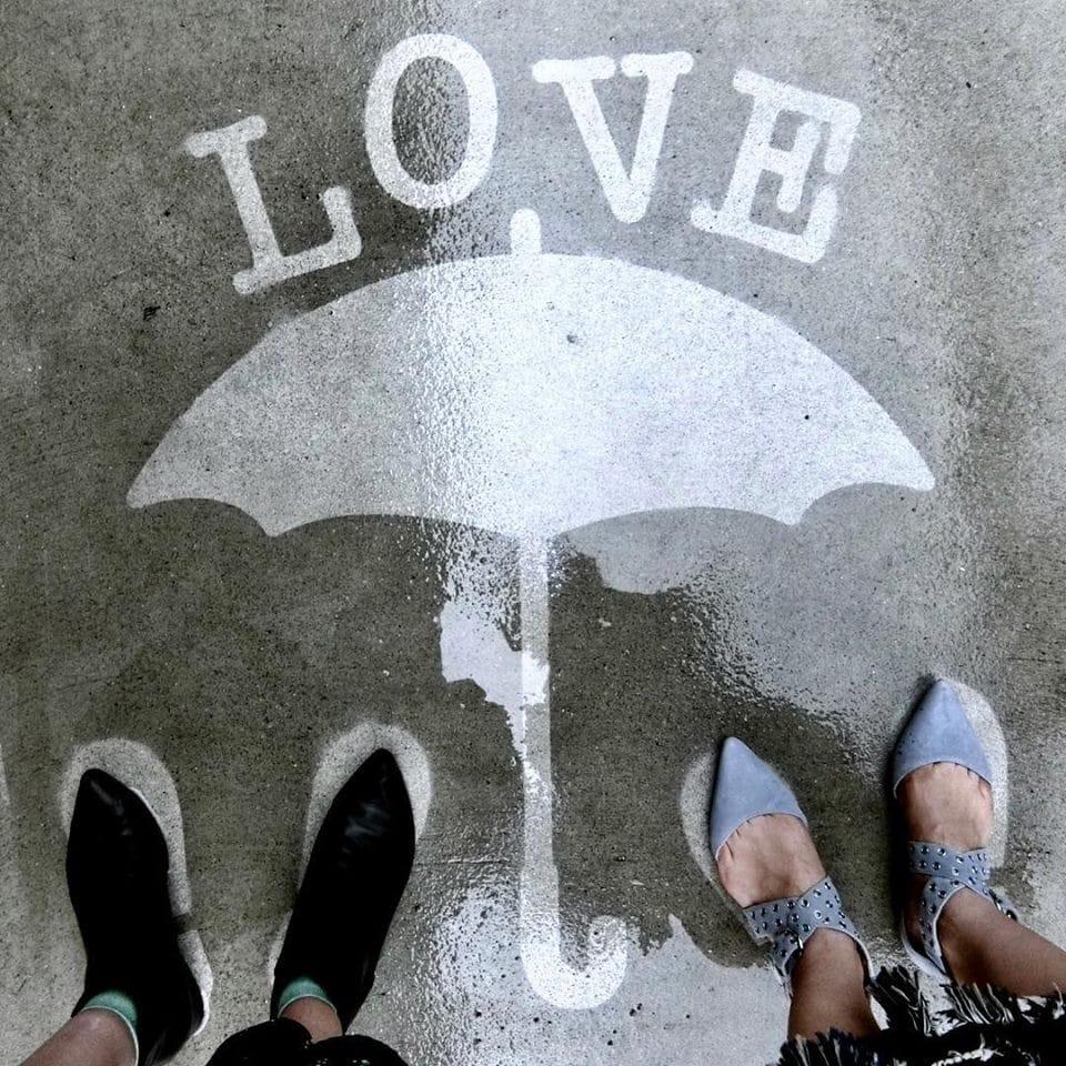 Художник оставляет невидимые рисунки на асфальте. Узнать, что там скрывается, можно лишь после дождя 53