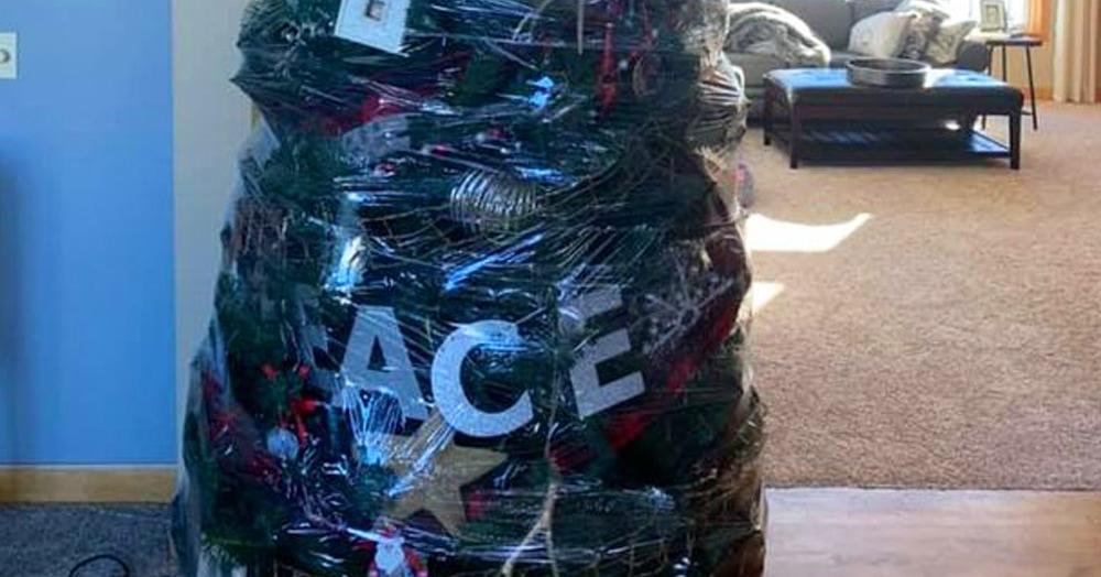 Женщина придумала ленивый способ уборки новогодней ёлки. Пользователи сети решили, что это гениально