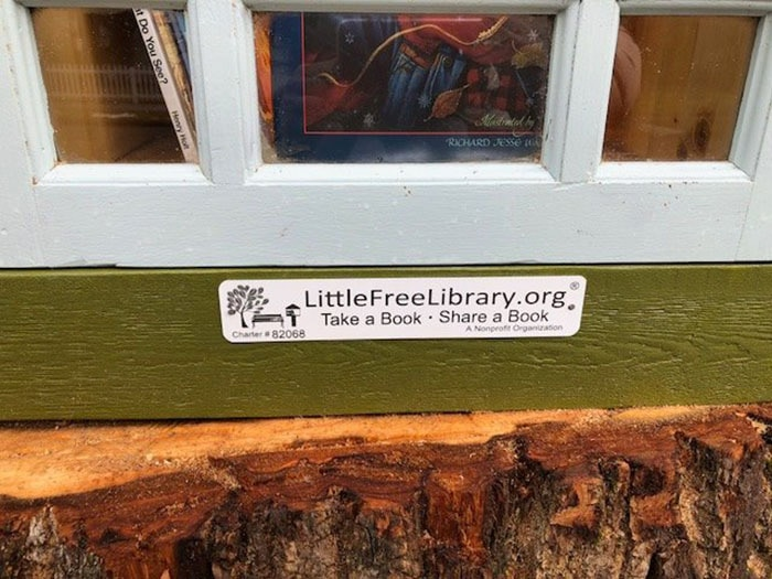 Женщина превратила 110-летнее мёртвое дерево в маленькую библиотеку, восхитив соседей и вообще всех 3