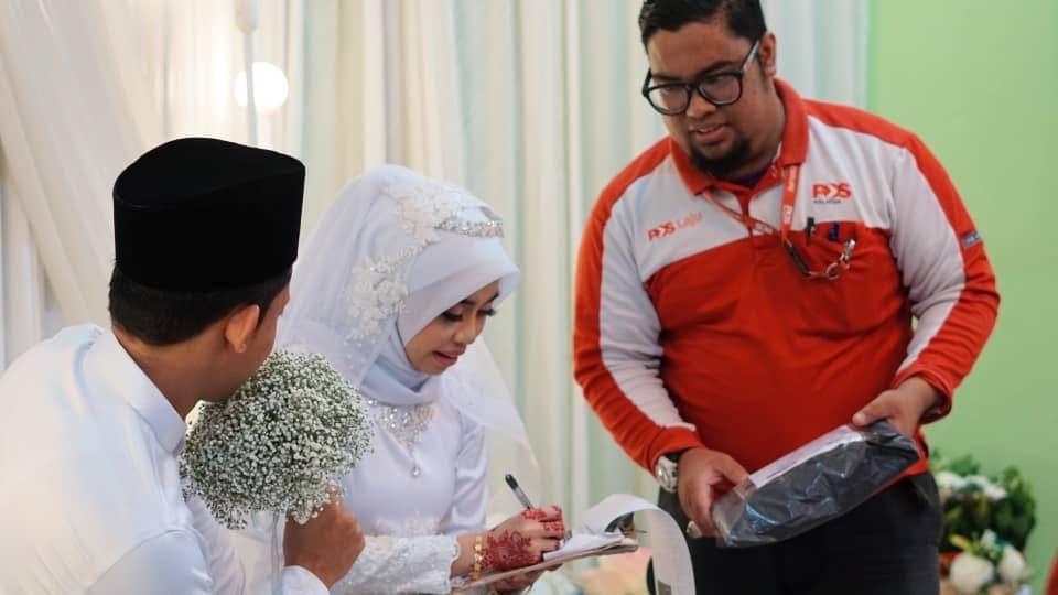 dxhpospvaaa ejh - В Малайзии обнаружен курьер года: он прервал свадебную церемонию, доставляя посылку. Невесте!