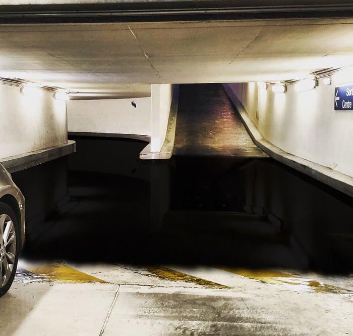 В сети появился необычный снимок подземной парковки, который сложно воспринимать. А всё из-за «лужи» 2