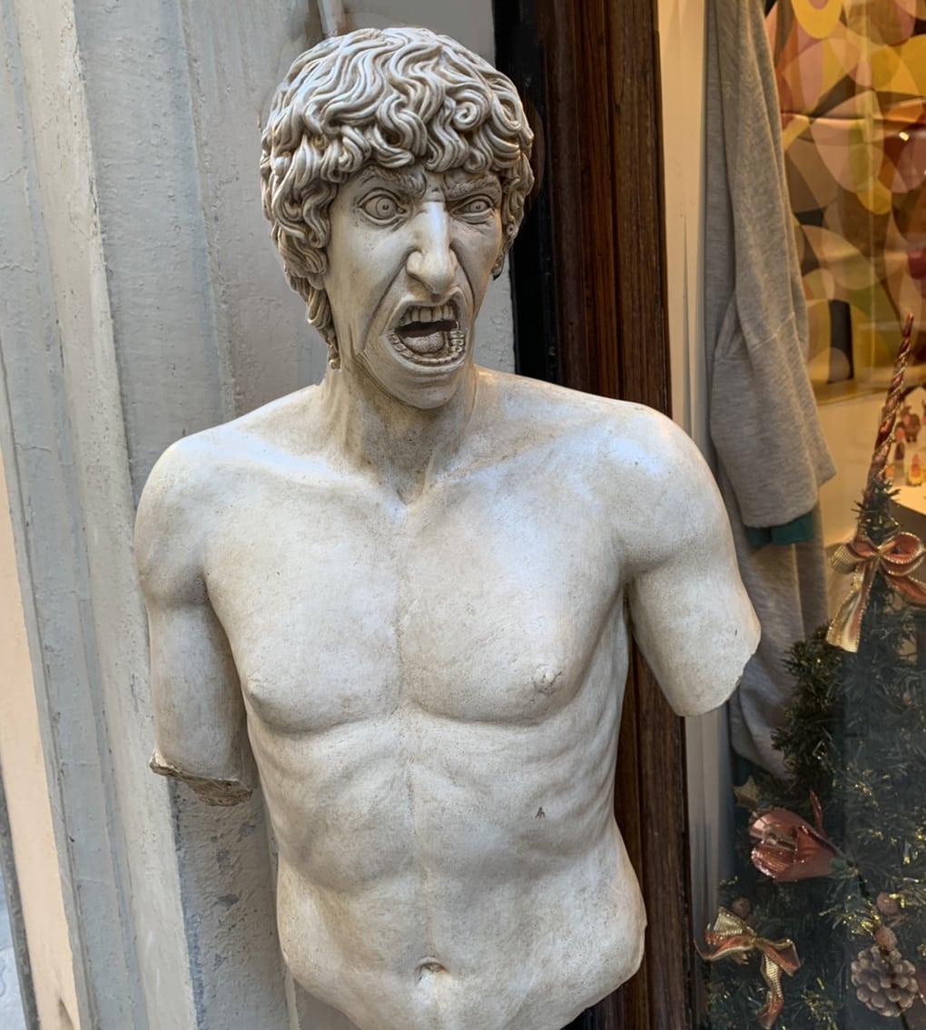 В сети появилось фото орущей статуи из Италии, которая докричалась до всех фотошопщиков интернета 9