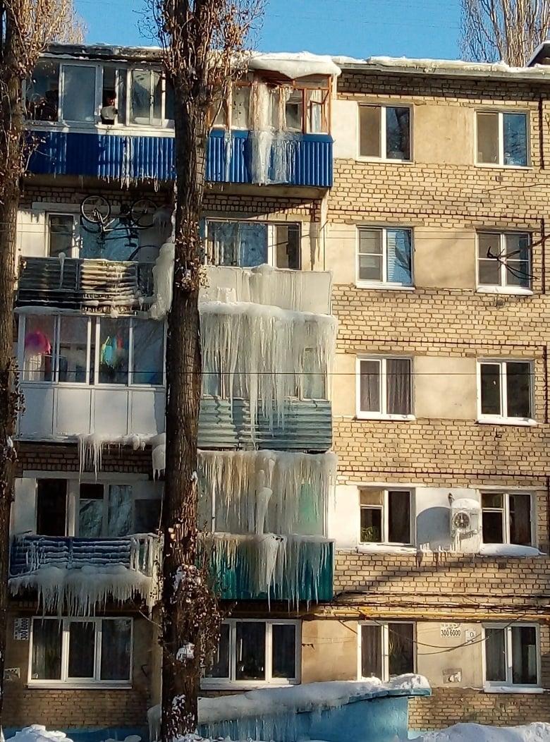 Саратов буквально «оброс» огромными сосульками, и жители устроили конкурс на самую большую 13