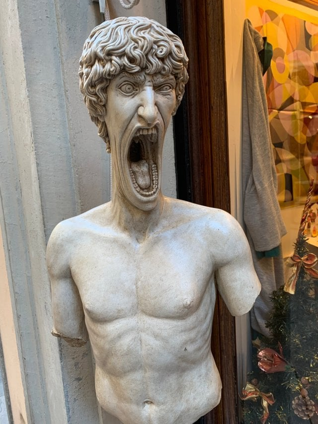 В сети появилось фото орущей статуи из Италии, которая докричалась до всех фотошопщиков интернета 1