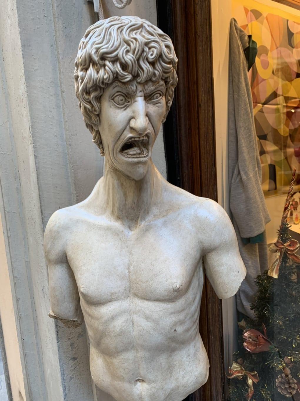 В сети появилось фото орущей статуи из Италии, которая докричалась до всех фотошопщиков интернета 10