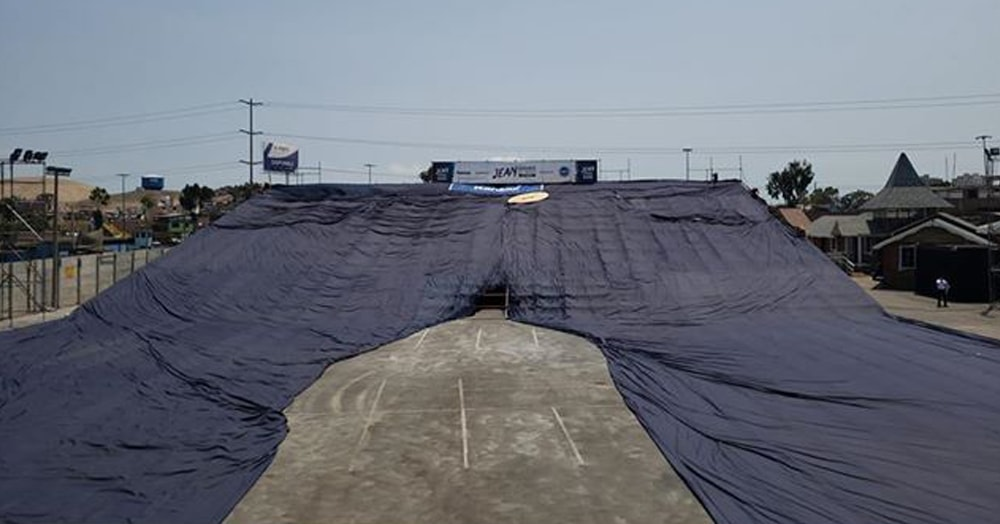 Созданы самые большие джинсы в мире. Они высотой с 22-этажное здание и весят больше 5 тонн
