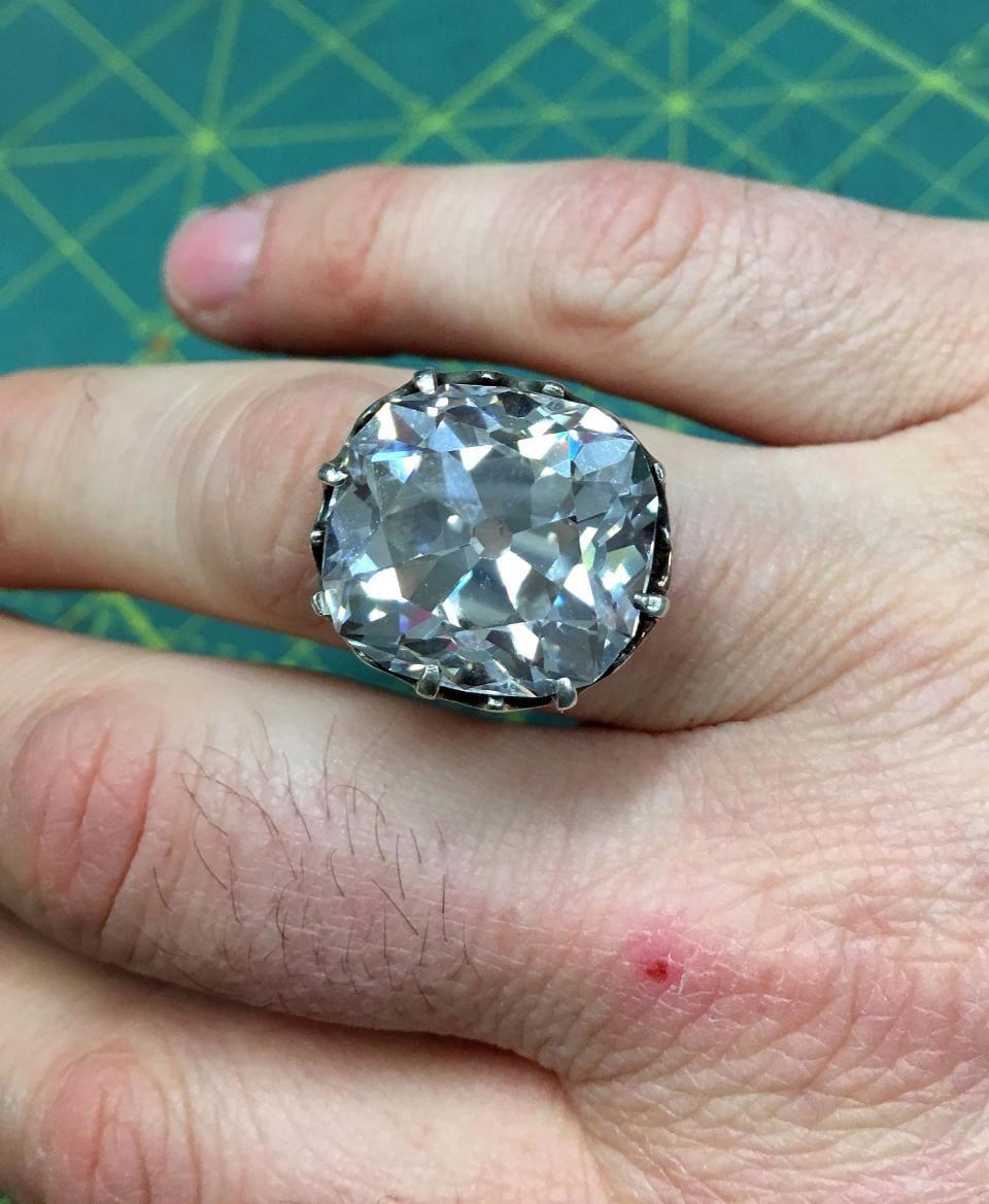 6086bcf95c58d86e5fed40ecea78e2eb - 33 года назад британка купила кольцо на барахолке. Она и не догадывалась, что оно стоит 40 миллионов