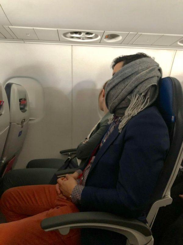 eqd9zn2dcgh21 e1550593215536 - Парня смущал его храп в самолёте, и он придумал, как это остановить. Да так, что за него начали волноваться