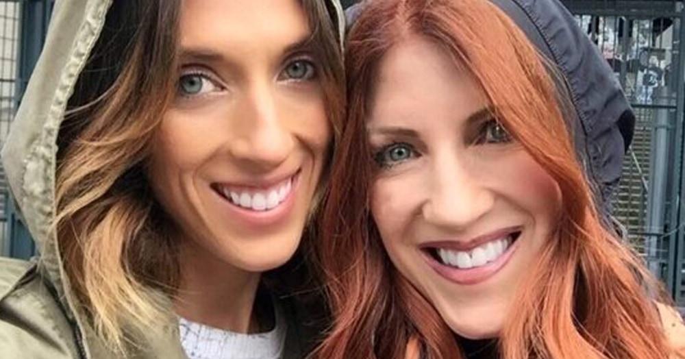 Дочери 34 года, а матери — 57, но они выглядят будто сёстры. И понять, кто старше, не так-то просто