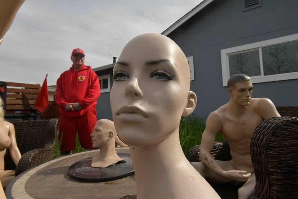 54525432 2106770826045378 4837209734618546176 n - Американец отомстил соседям, лишившим его забора. Теперь им придётся наблюдать за вечеринкой голых манекенов