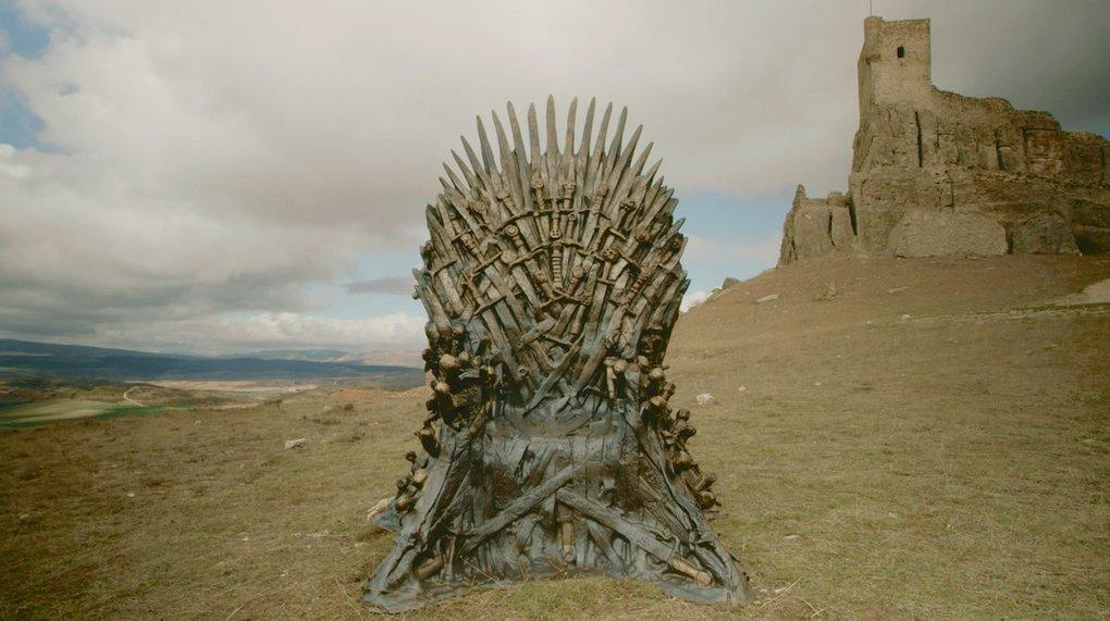 d2rce2rx4aamivy - Фанаты «Игры престолов» ищут Железные троны, которые канал HBO надёжно спрятал в разных уголках мира