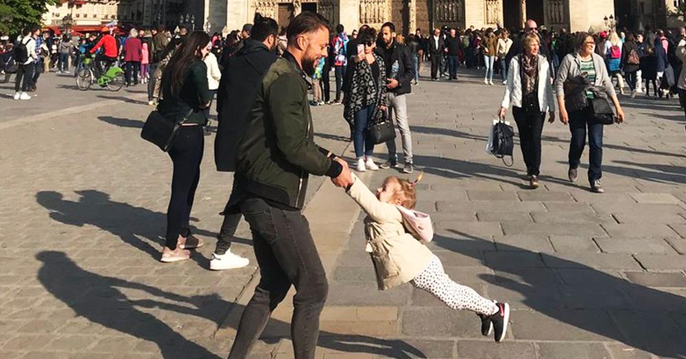 Женщина искала героев милой сцены, попавшей на снимок Нотр-Дама за час до пожара. Твиттер помог!