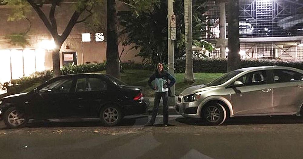 Война за парковку длиною в 1.5 часа: девушка показала молчаливое противостояние водителей под её окном
