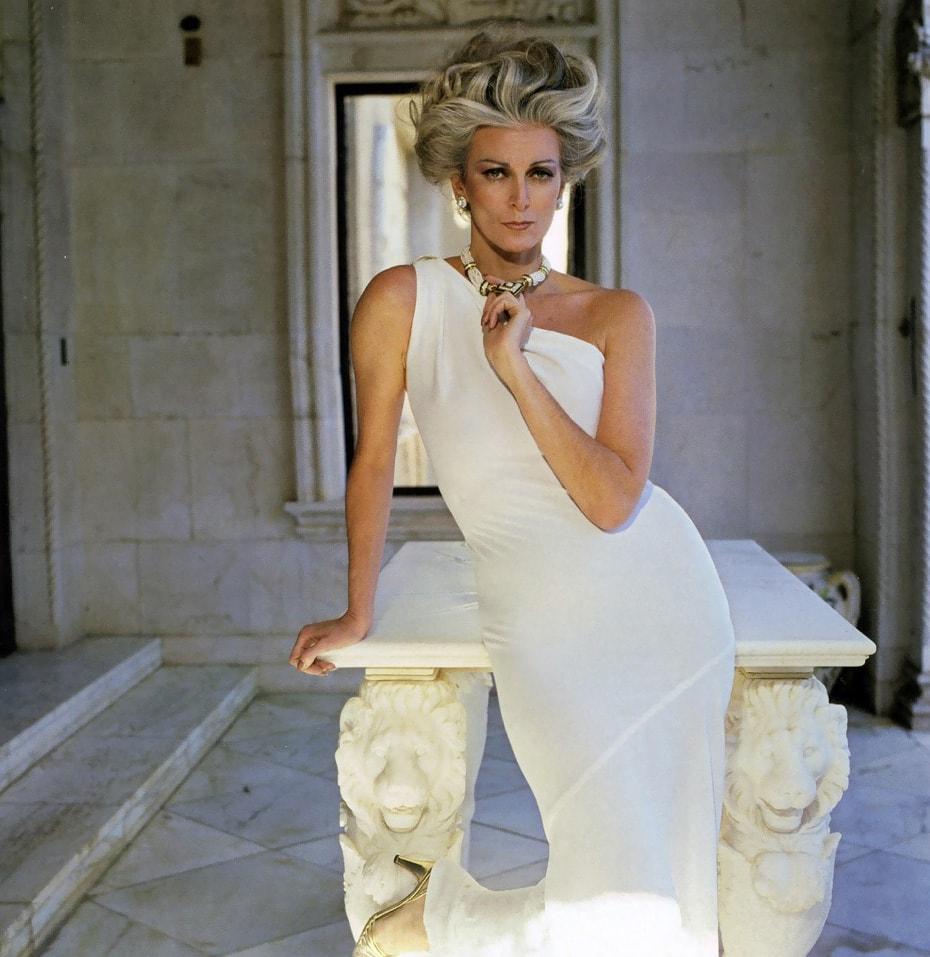 carmen wearing a white one shoulder dress by frank masandrea san simeon hearst castle town country magazine 1981 - Эта 87-летняя модель занесена в Книгу рекордов Гиннесса. И она всё ещё не закончила свою карьеру