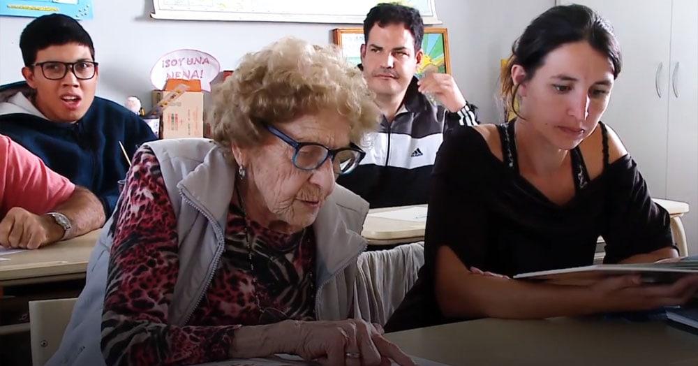 Бабуля из Аргентины пошла в школу в 99 лет. И школьникам помоложе есть чему у неё поучиться