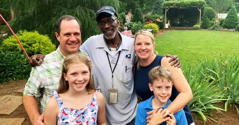 Почтальон ушёл на пенсию после 35 лет работы. И жители попрощались с ним как с легендой