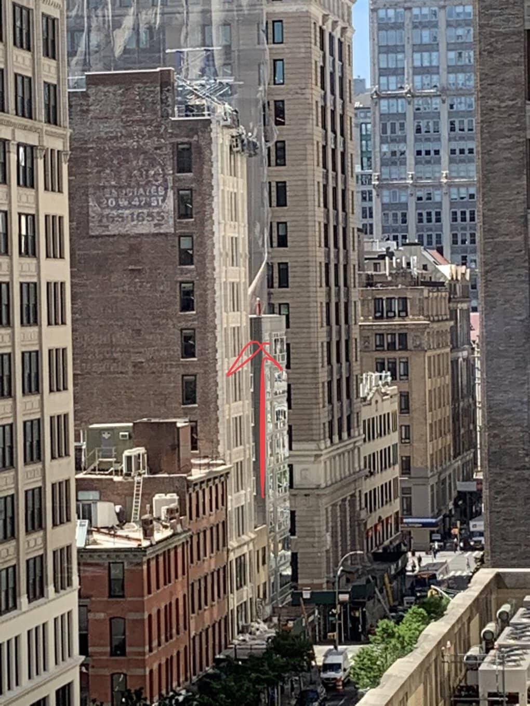 d7gcsb6uiaeigie - Девушка вызвала 911 из-за женщины на крыше, но спасать никого не пришлось. «Женщину» видели многие