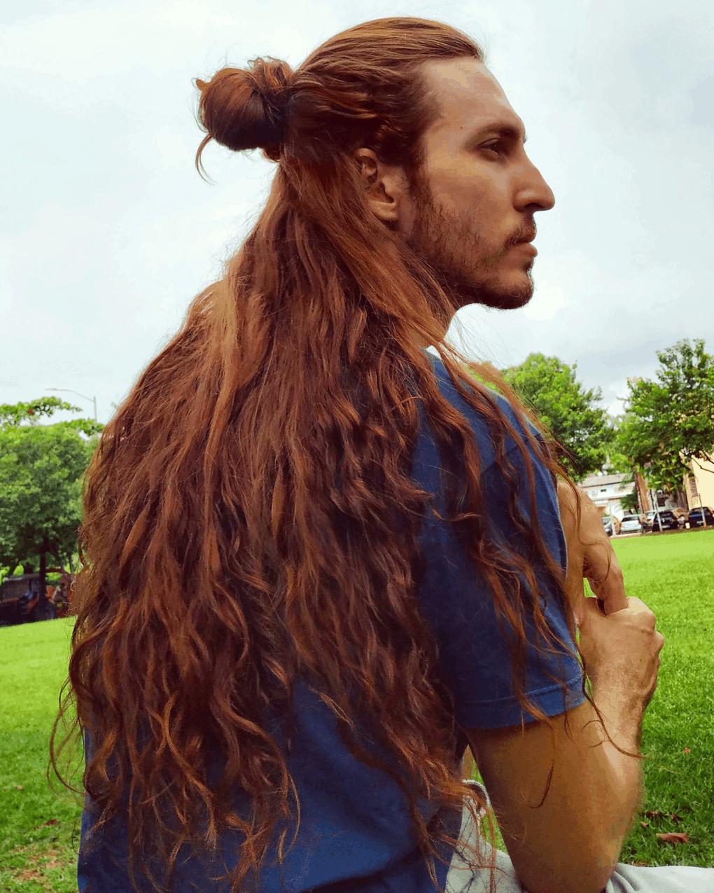 dsafsgdhfjg - Парень не побоялся критики и отрастил копну волос — теперь его принимают за знаменитость и принцессу