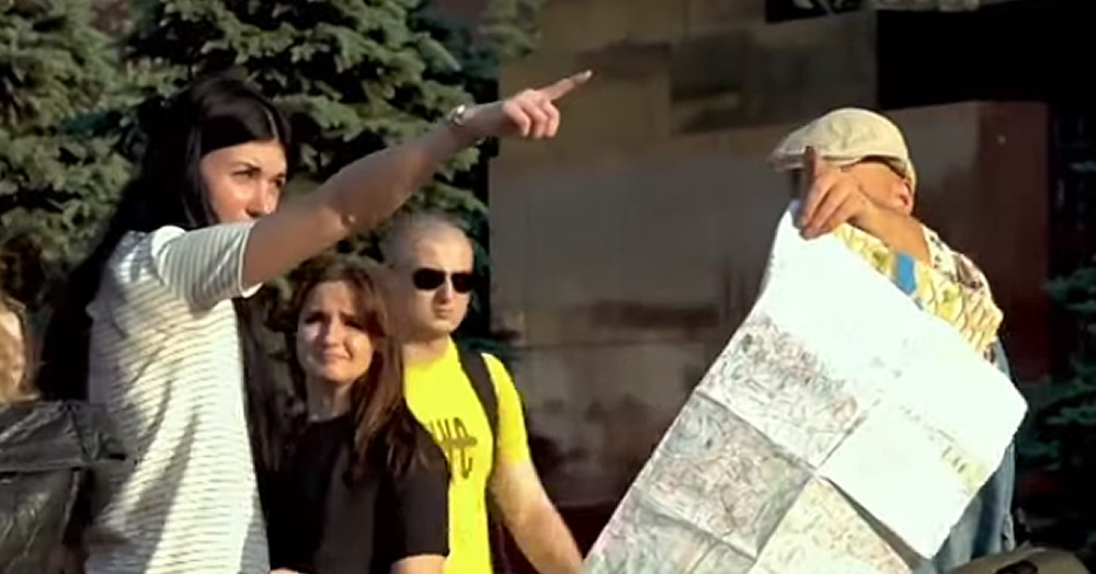 Ведущий прикинулся туристом и спросил москвичей, как пройти к знаменитым местам Питера. Ему показали