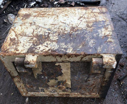 1 29 - В металлолом сдали старый сейф, в котором был сюрприз. Таких дорогих ящиков там ещё не распиливали