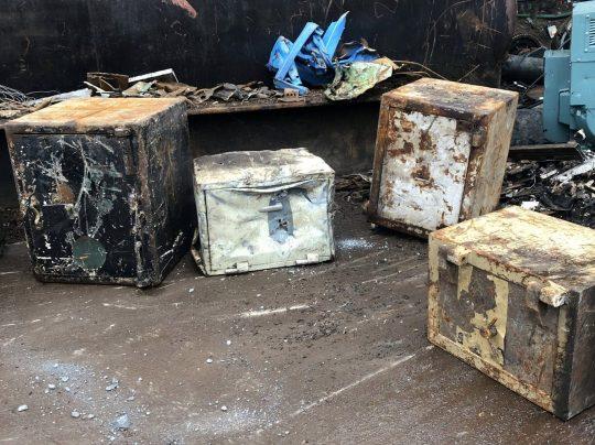 2 28 - В металлолом сдали старый сейф, в котором был сюрприз. Таких дорогих ящиков там ещё не распиливали