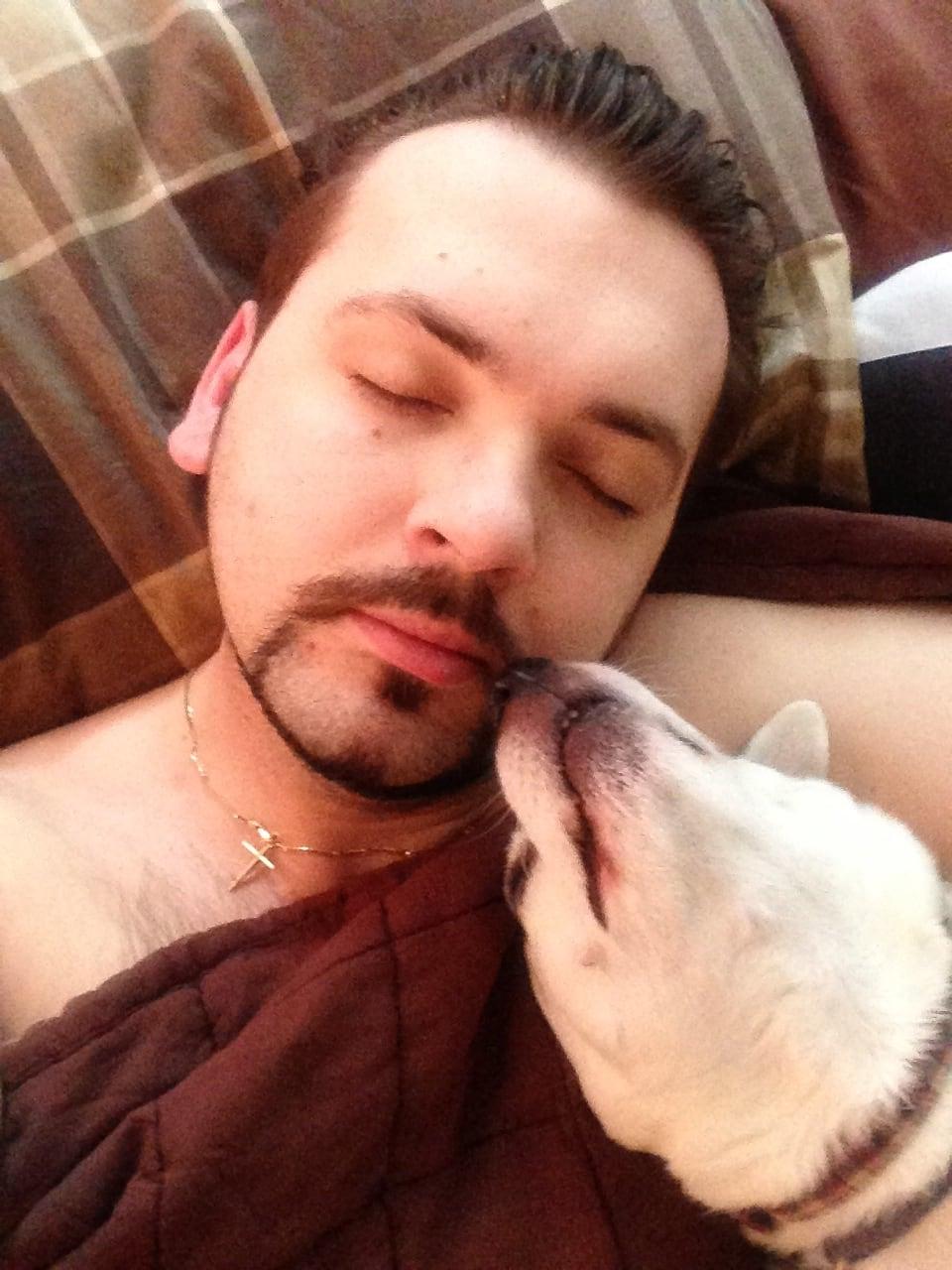 4tkk0ta - Мужчина поделился трогательными фото своего пса, который каждый день ждал его у окна. Целых 11 лет