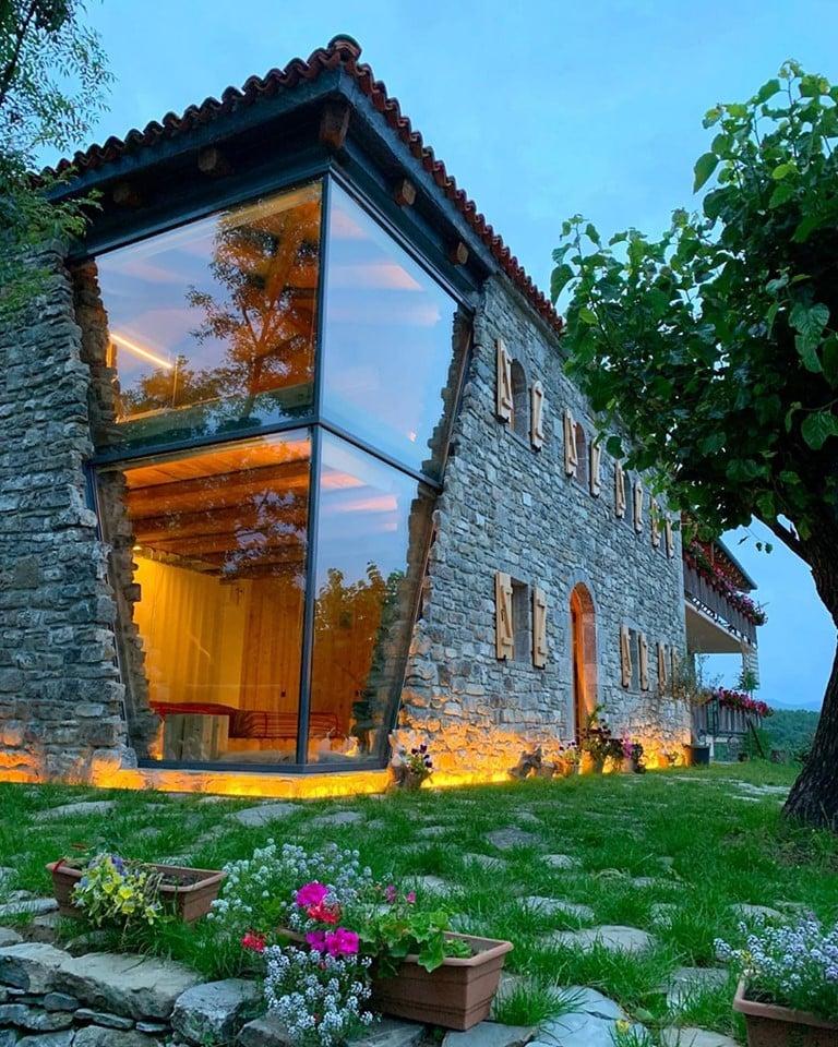 65216419 1833583220130258 1372249163537842176 n - В Албании есть невероятный дом с углом из стекла: что он из себя представляет и как выглядит внутри