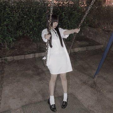 d9bh2gzvaaanrap - Японка хотела сделать милое фото на качелях, но что-то пошло не так, и она превратилась в призрака