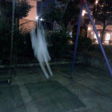 d9ggczsu8aeeumf - Японка хотела сделать милое фото на качелях, но что-то пошло не так, и она превратилась в призрака