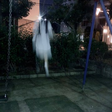 d9ggcztu8aegxiv - Японка хотела сделать милое фото на качелях, но что-то пошло не так, и она превратилась в призрака
