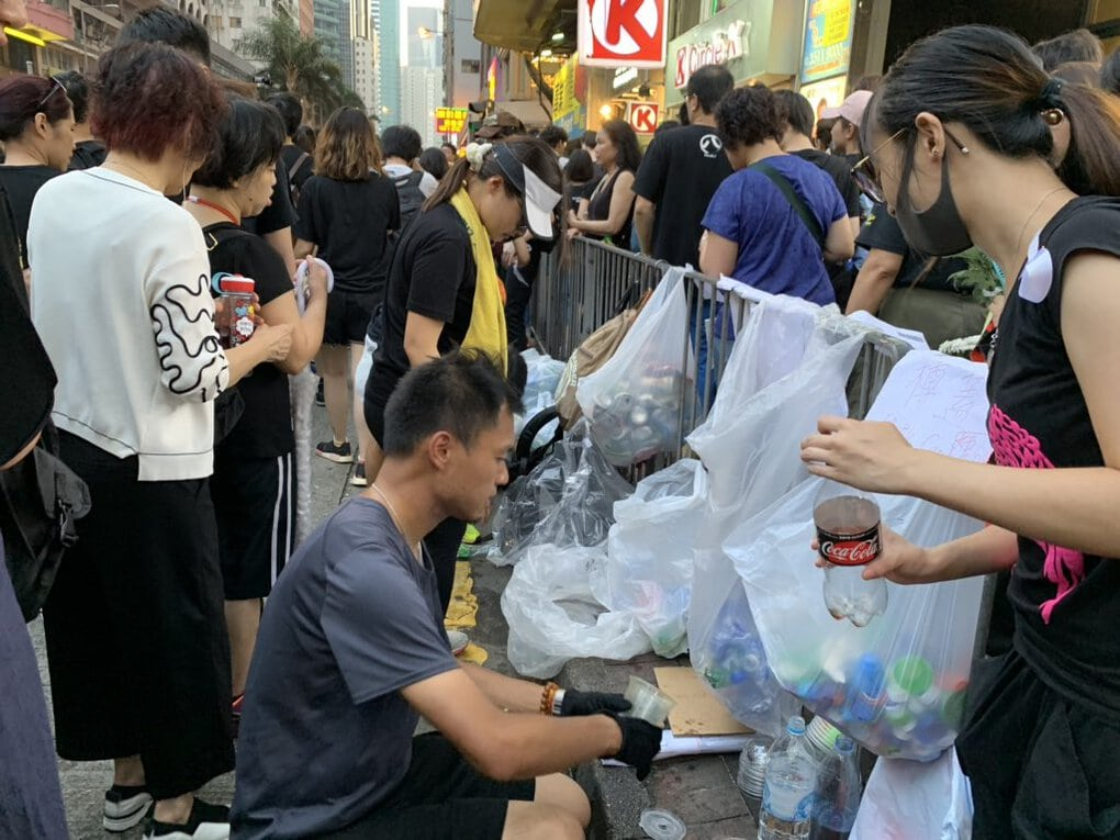 d9lzs3bu4accsls - 15 снимков с акции протеста в Гонконге, которые показывают дисциплину и уважение демонстрантов
